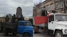 """В Ізюмі, Тернополі та Черкасах """"святі отці"""" кроплять вулиці (відео)"""