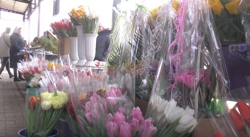У Харкові реалізатори стверджують, що квіти до 8 березня цьогоріч дешевше (відео)