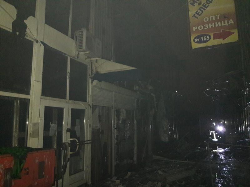 Стали известны подробности пожара на крупном рынке в Харькове (фото)