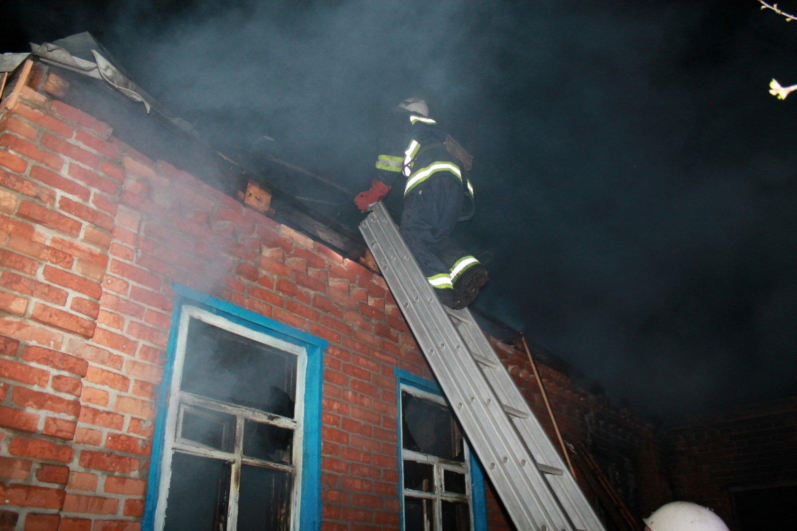 В горящем частном доме спасатели обнаружили тело его владельца (фото)