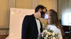 «Friday I'm in love»: закохані одружилися під час карантину в масках (фото)