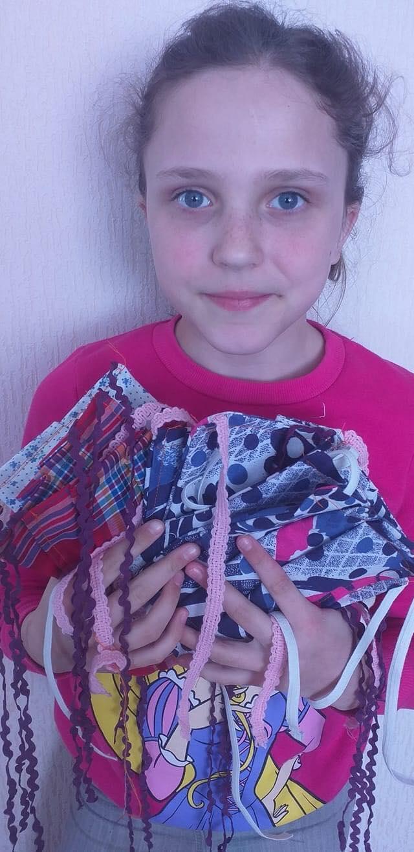 Школярка з Балаклії пошила дві тисячі масок та подарувала їх людям