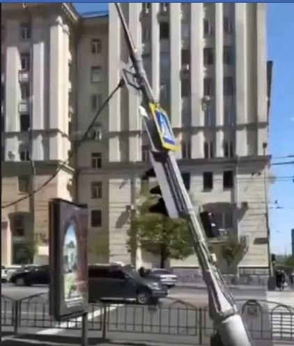 В Харкові близько другої дня на торговий кіоск упав стовп