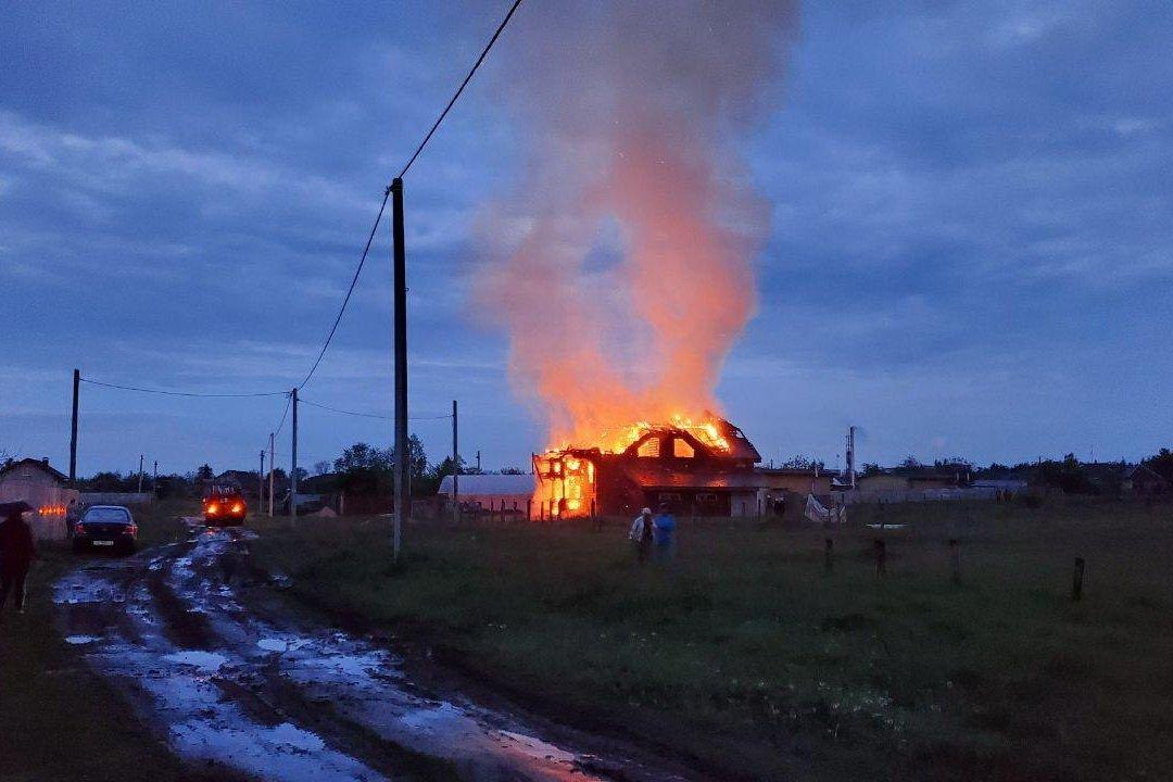 Под Харьковом сгорел элитный дом – деревянный сруб (фото)