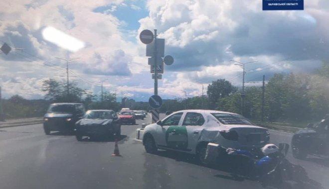 В Харькове мотоцикл столкнулся с автомобилем. Пострадала девушка