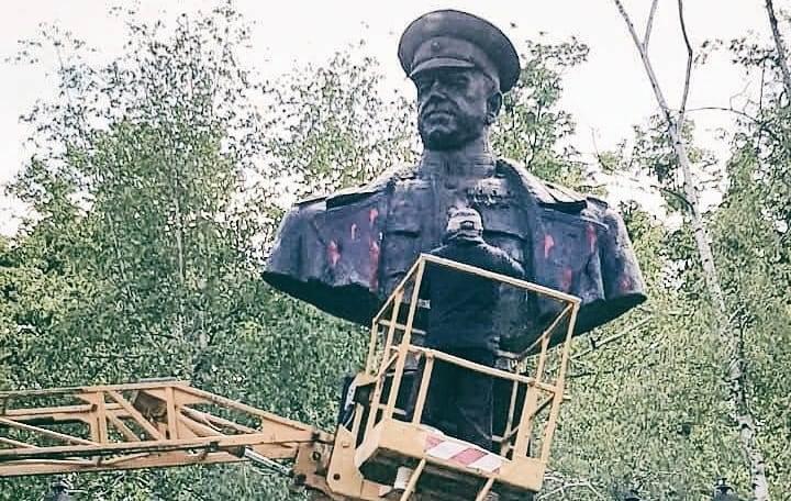 Памятник Жукову в Харькове снова облили красной краской