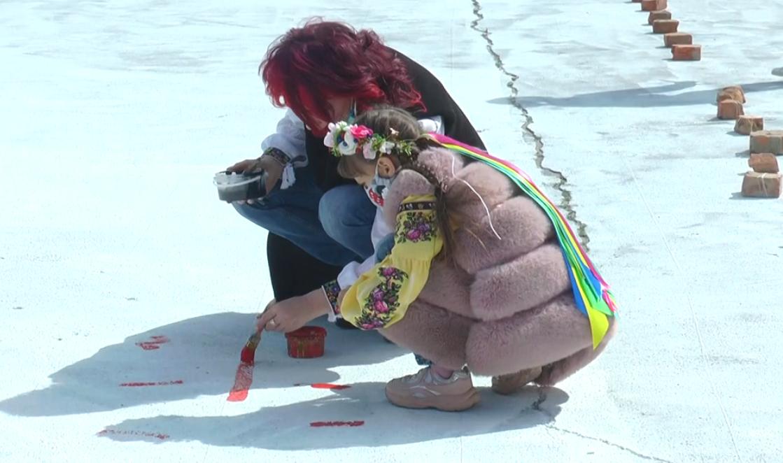 До Дня вишиванки в Харкові розмалювали площу Свободи (відео)