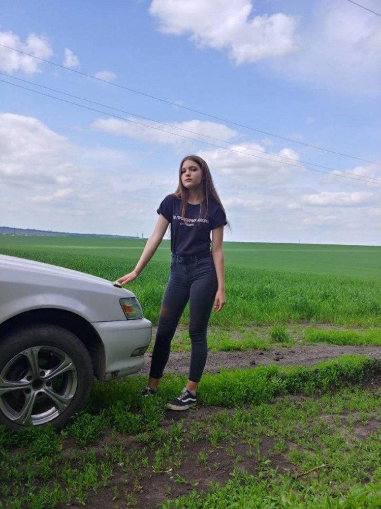 На Харьковщине разыскивают несовершеннолетнюю девушку (фото, приметы)