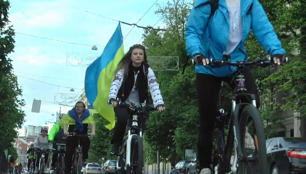 Вишиванки та колеса: у Харкові відбувся святковий велозаїзд та автопробіг (фото, відео)