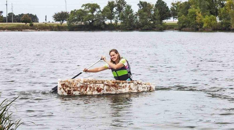 Дівчині з США вдалося виростити човен з грибів і тепер вона катається на ньому водоймою