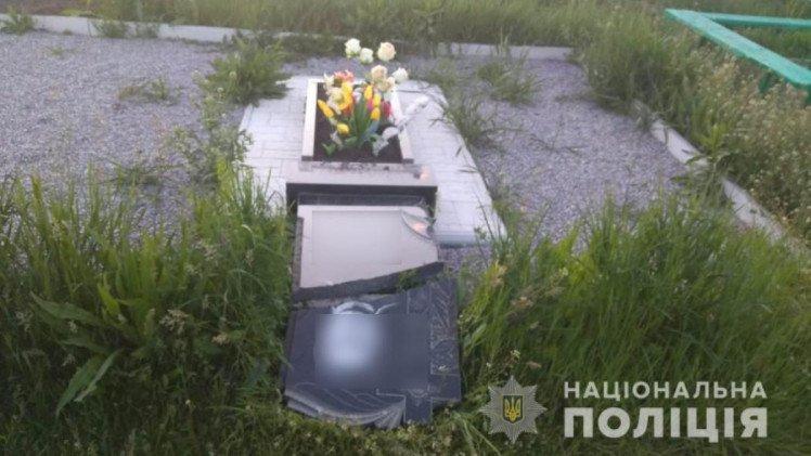 Дети повредили 13 могил на кладбище в Харьковской области (фото)