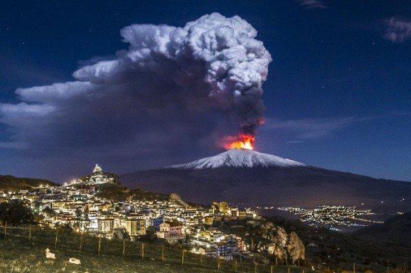 Вулкан Этна показал свой нрав: 4,5-километровый столб пепла