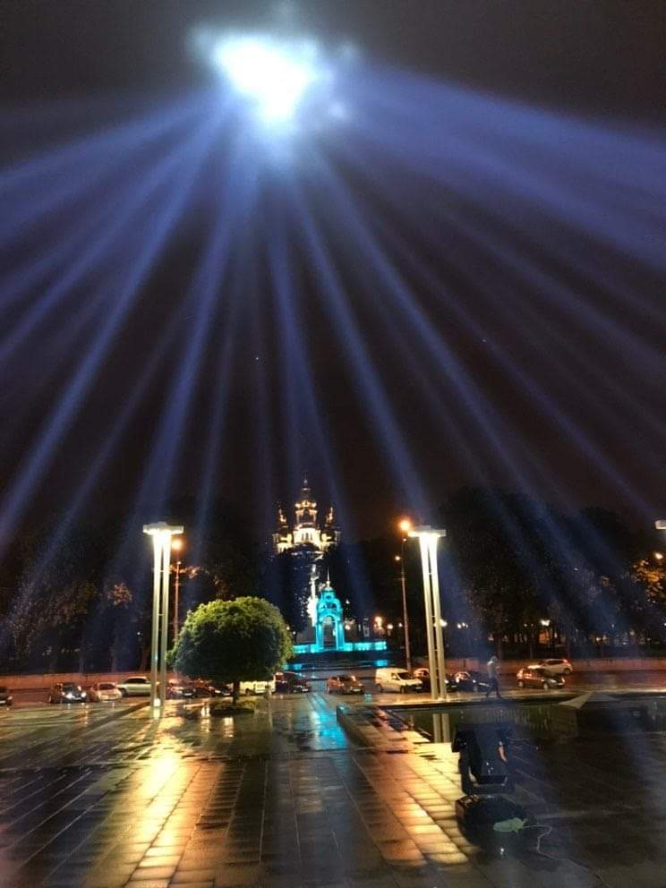 Світлові промені засяяли у харківському небі (фото, відео)