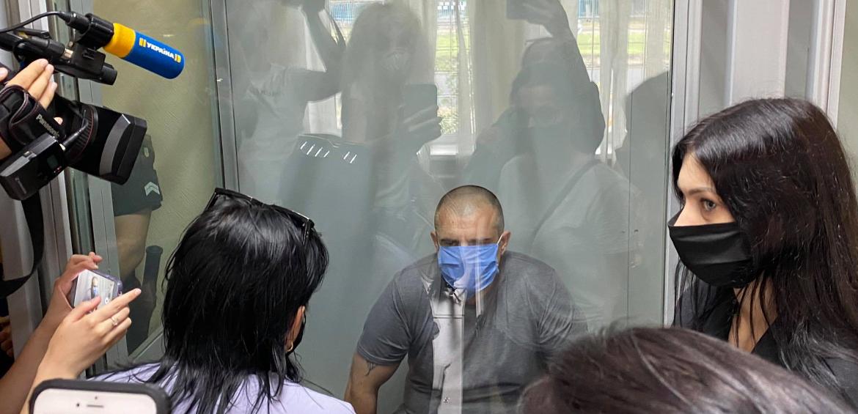 Суд виніс вирок чоловіку, який взяв у заручниці жінку та поранив поліцейського (фото, відео)