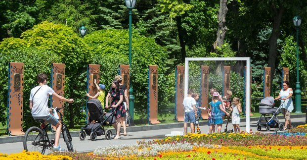 В парке Харькова установили освежающие рамки