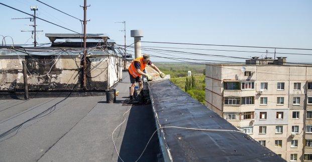 В Харькове ремонтируют крыши жилых домов