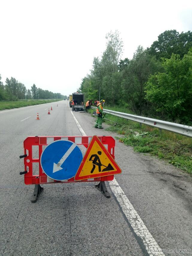 На дорогах Харьковщины устанавливают дорожные знаки и ремонтируют автопавильоны