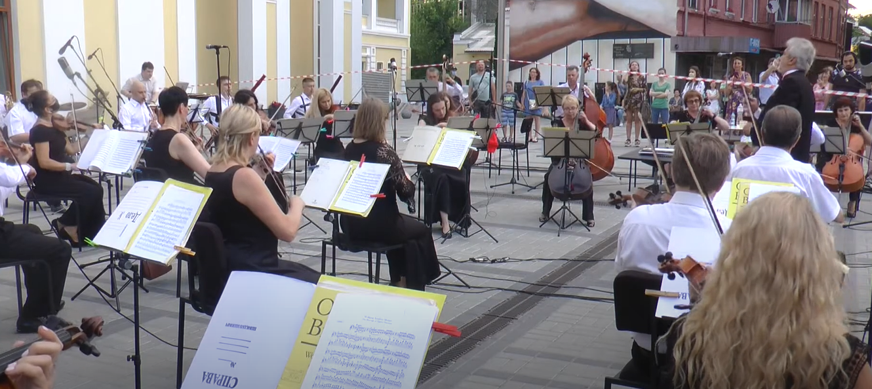 Класика у центрі Харкова: оркестранти філармонії вперше за чотири місяці зустрілися зі слухачем (відео)