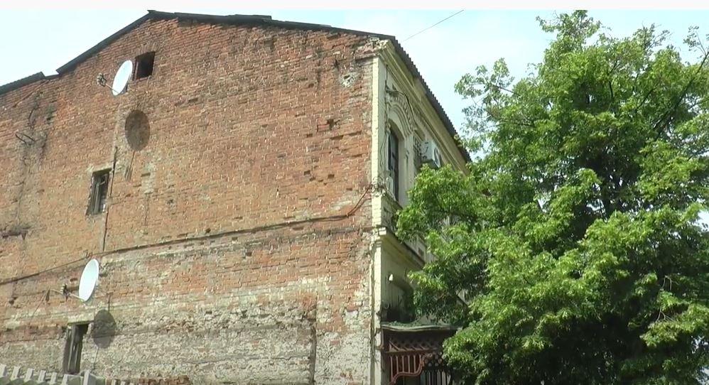 Через дірявий дах у будинку квартири харків'ян заливає водою (відео)