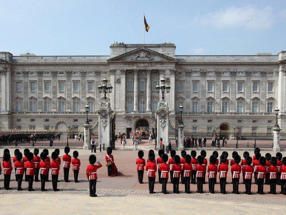 Из-за пандемии коронавируса Елизавета II провела экскурсию по Букингемскому дворцу онлайн