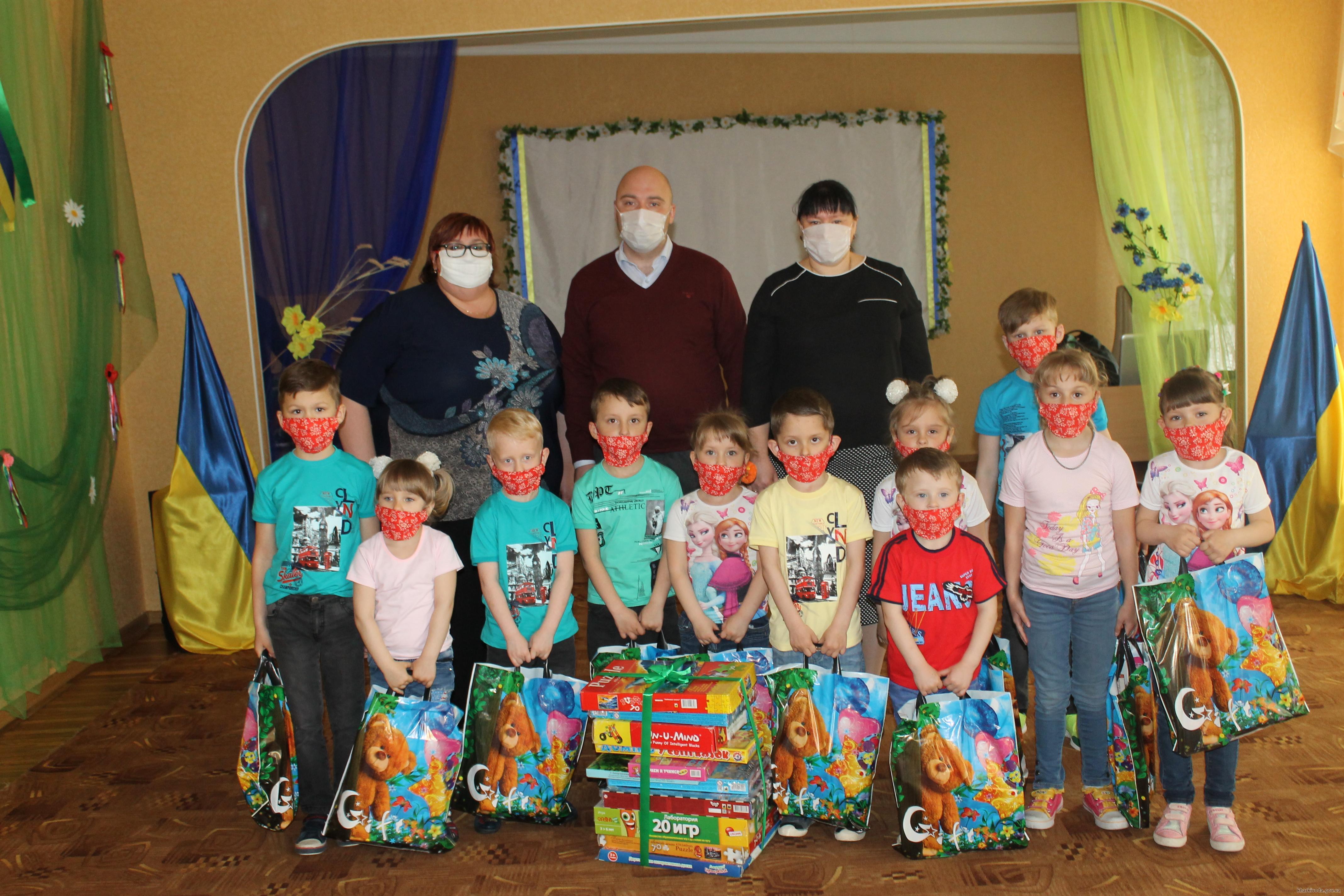 Воспитанникам центра социально-психологической реабилитации подарили подарки в честь Дня защиты детей