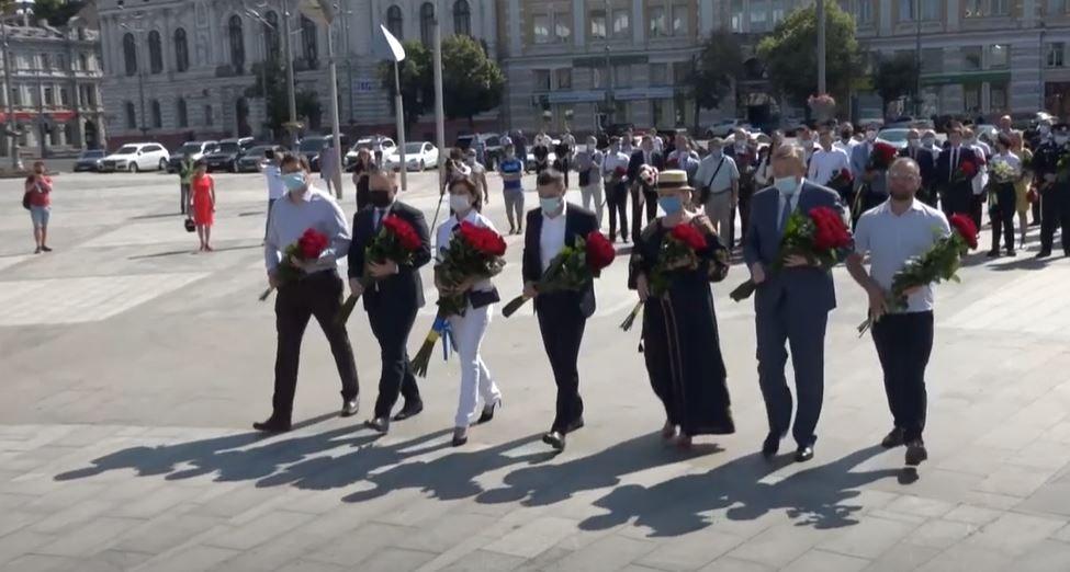День Конституції у Харкові відзначили біля монумента Незалежності (відео)
