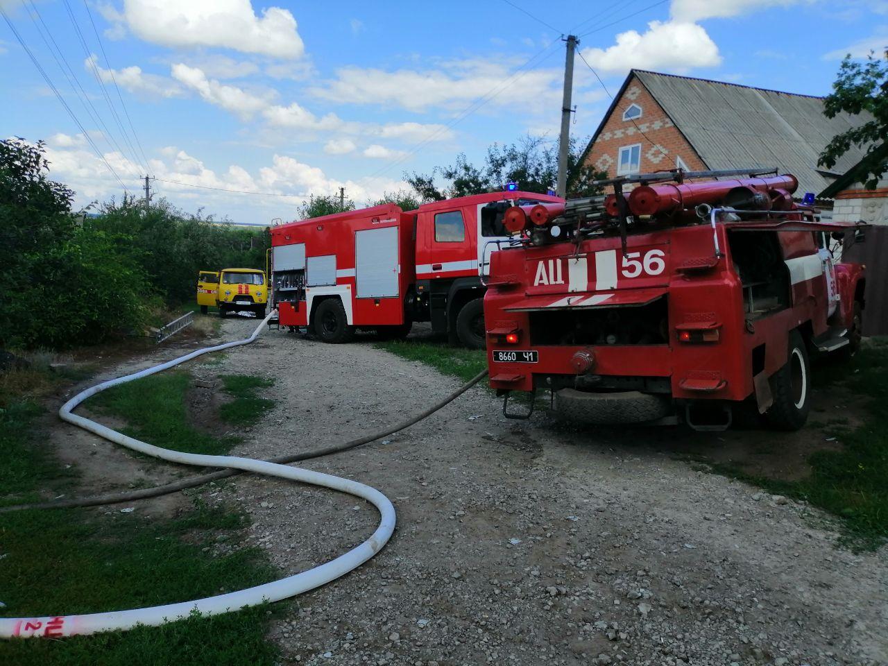 В Харьковской области загорелся частный дом. Стены и крыша частично обвалились (фото)