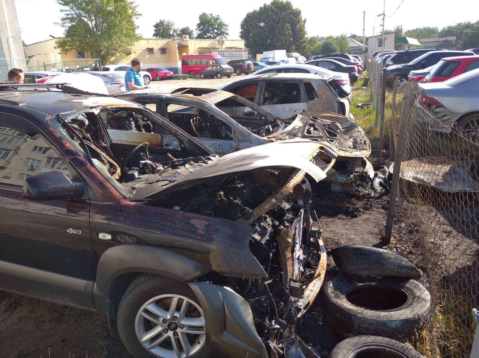 На одной из парковок Харькова горели семь автомобилей (фото)