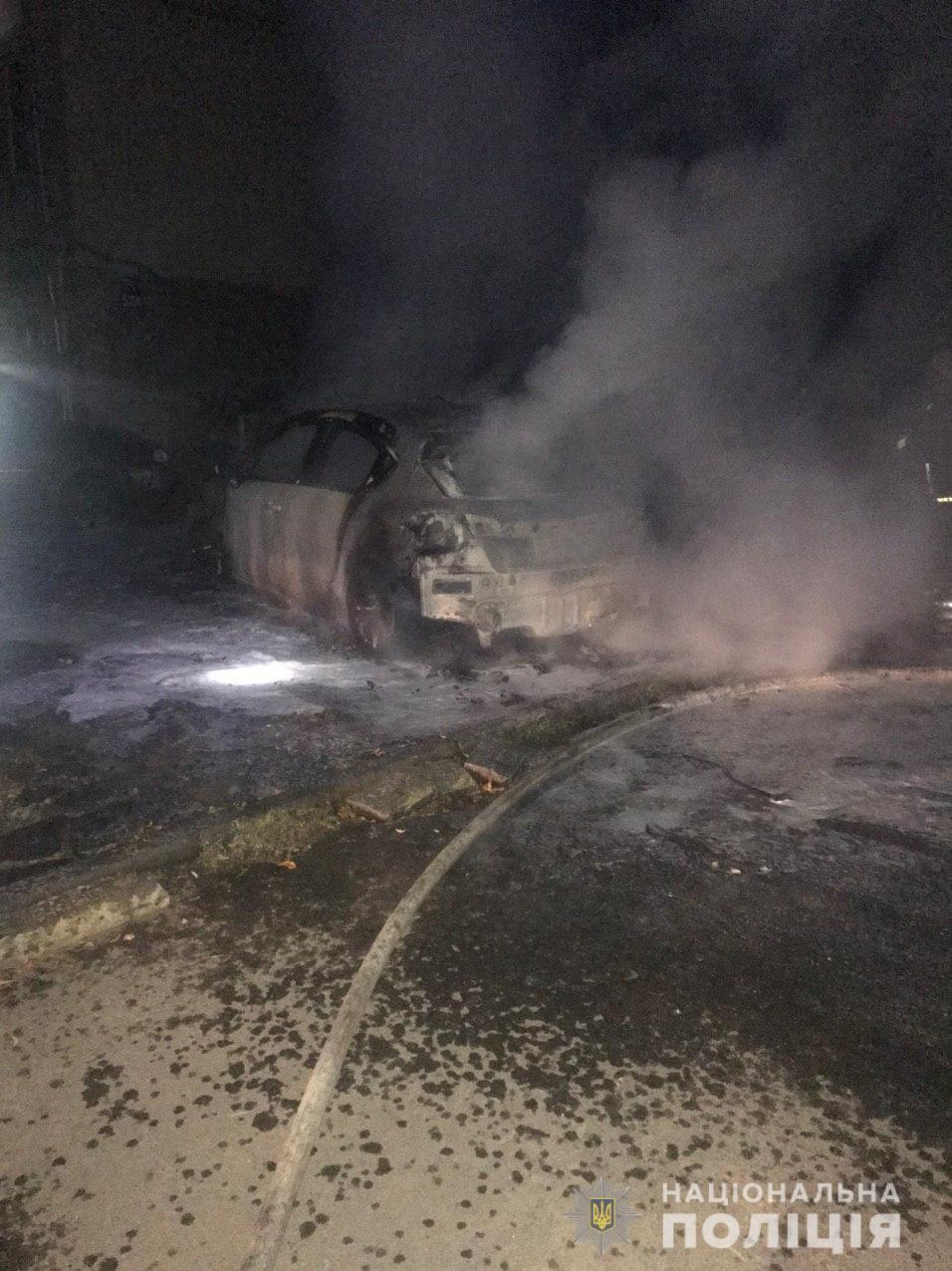 Во дворе дома по проспекту Науки ночью подожгли автомобиль (фото)