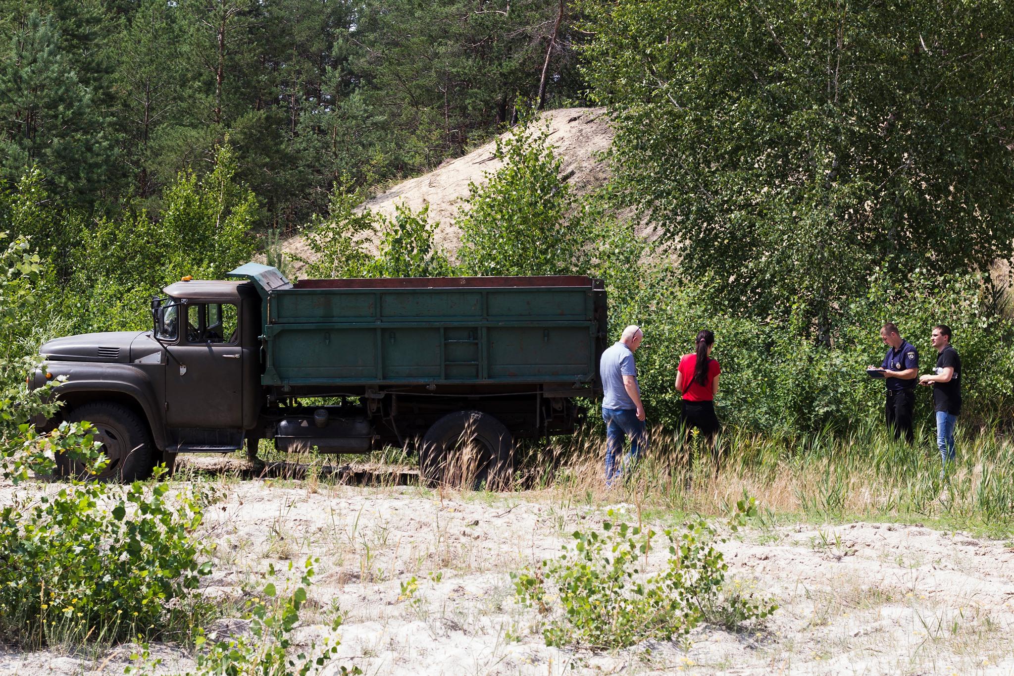 Харківські лісничі не пропустили інспекторів, які хотіли викрити незаконну рубку дерев (фото)