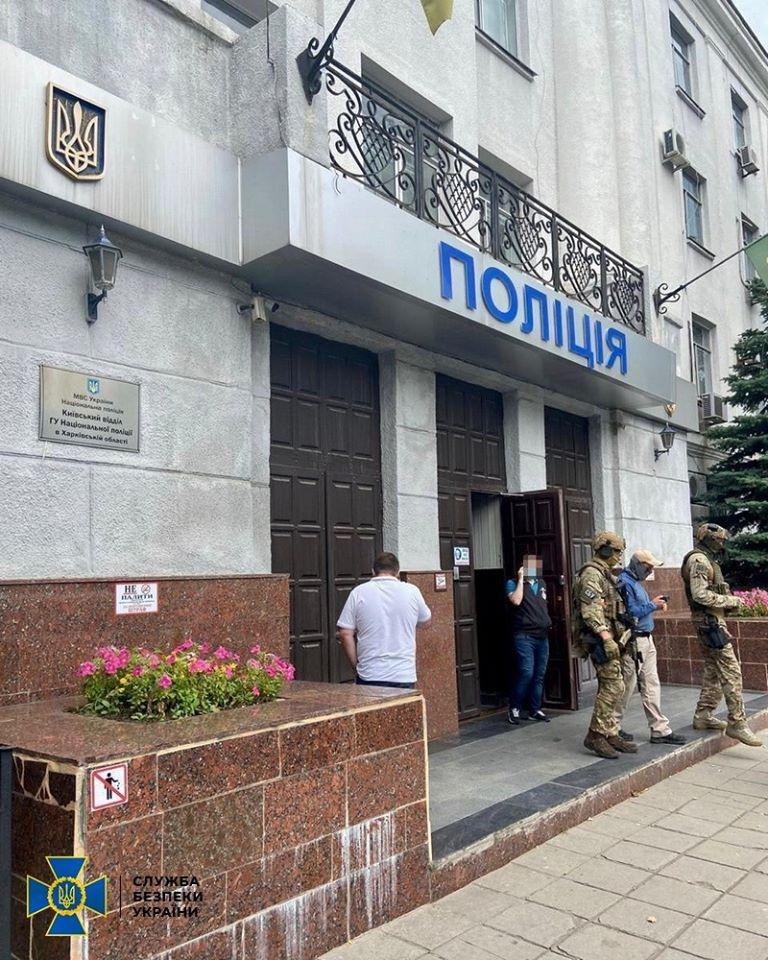 На Харьковщине полицейские брали взятки у наркоманов за непривлечение к ответственности (фото)