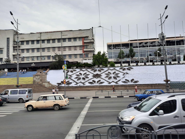 В центре Харькова высаживают новую клумбу-вышивку (фото)
