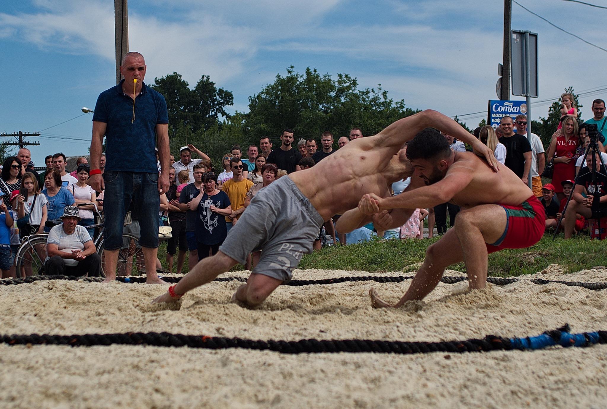 В Харьковской области прошел турнир по пляжной борьбе (фото)