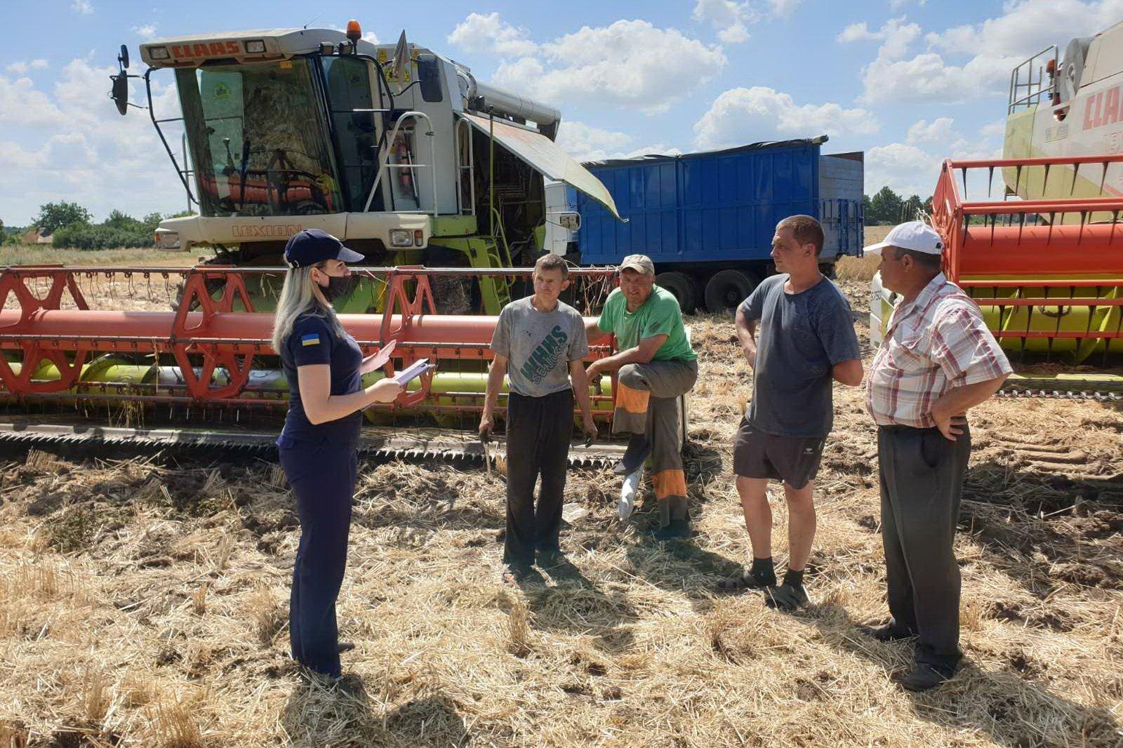 Из-за пожаров на полях спасатели проверяют сельхозпредприятия