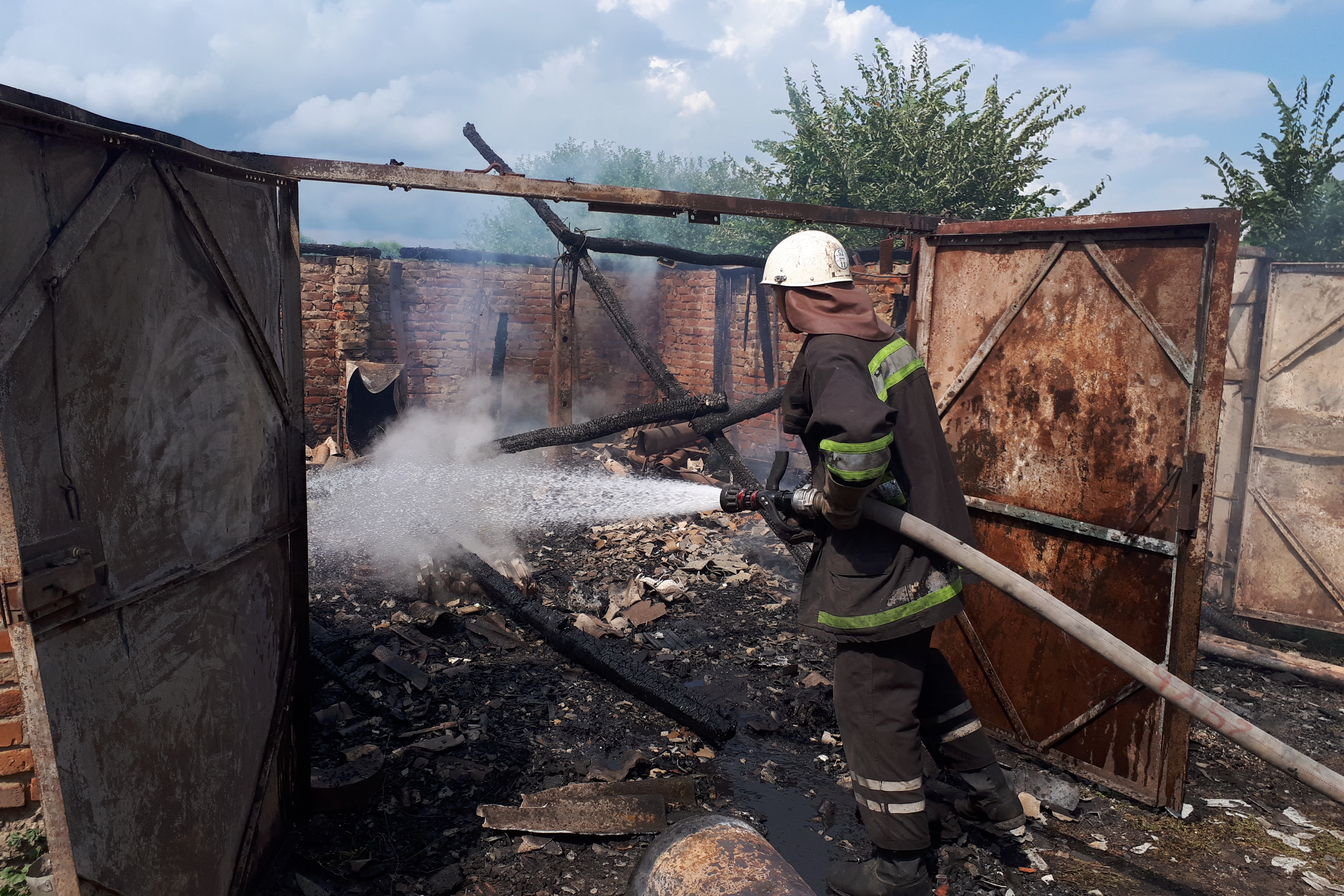 В Золочевском районе сгорел гараж (фото)