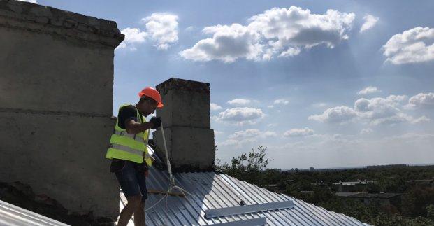 Коммунальщики ремонтируют крыши жилых домов в Харькове