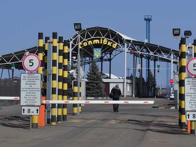 Кордон між Україною та Росією люди можуть перетнути пішки (відео)