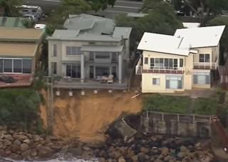 В Австралии в Тихий океан сползли сразу несколько элитных домов (видео)