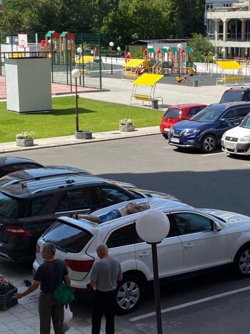 В центре Харькова мужчина выпал из окна на крышу автомобиля (фото)