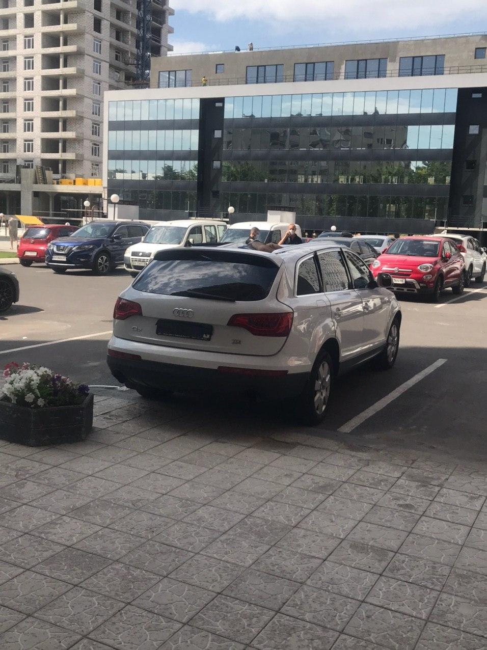 Подробности трагедии: мужчина выпал из окна на автомобиль