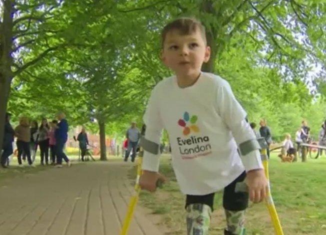 В Великобритании 5-летний мальчишка на протезах собрал больше миллиона для госпиталя (видео)