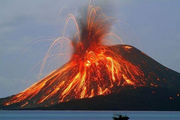 Извержение вулкана: на итальянском острове Стромболи два мощных взрыва (фото)