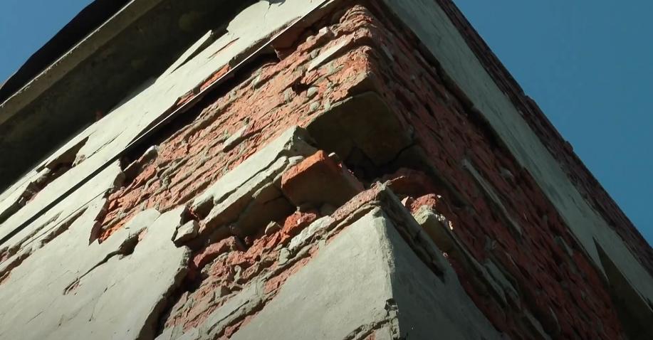 Парасоля замість стелі: мешканці аварійного гуртожитку на Харківщині просять допомоги (відео)