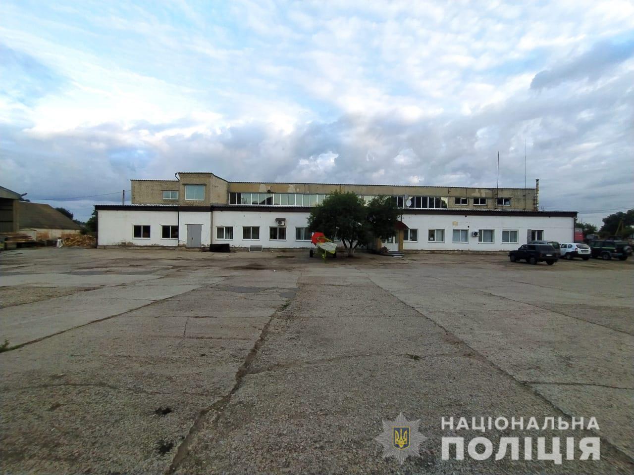 Пятеро неизвестных в балаклавах напали на сельскохозяйственное предприятие на Харьковщине (фото)