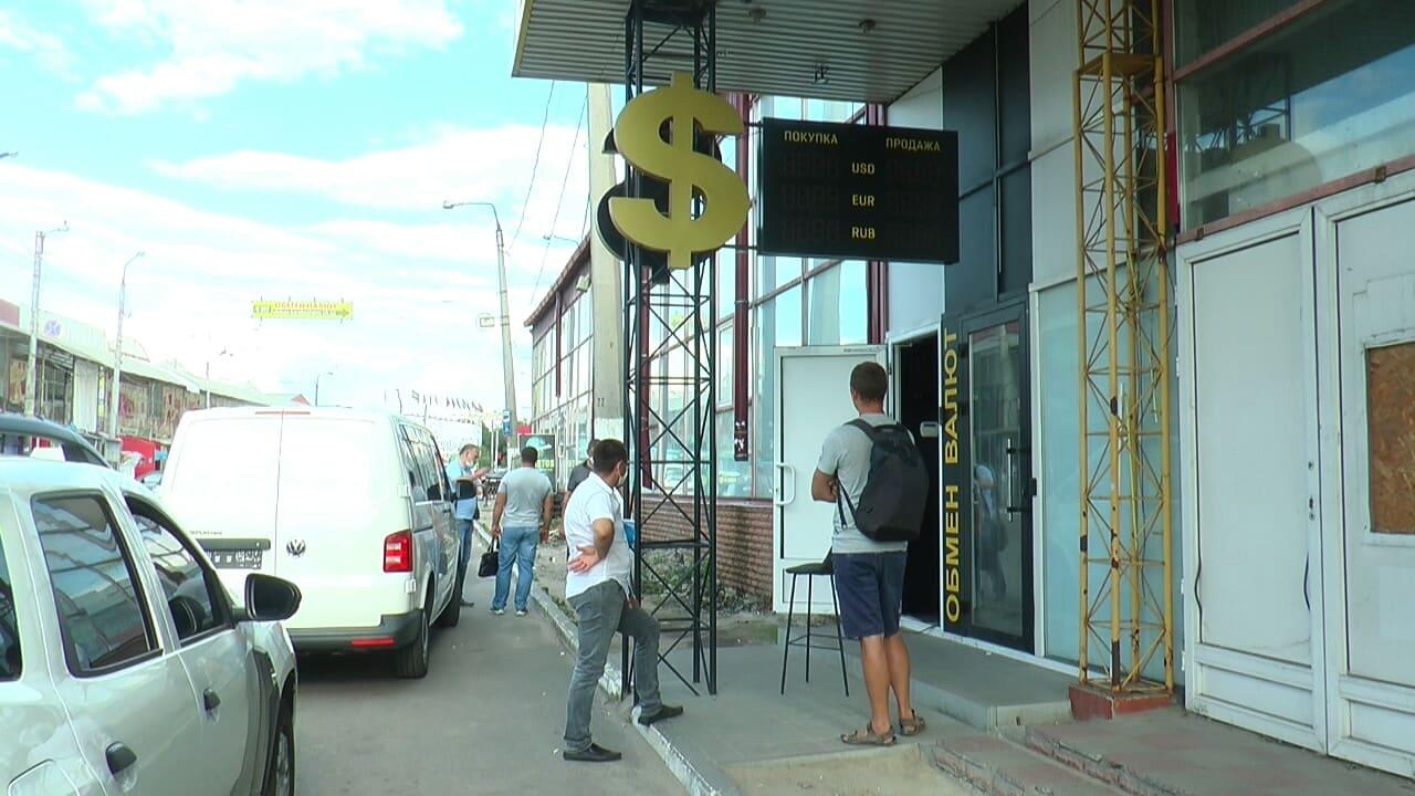 Силовики обшукали пункт обміну валют у Московському районі Харкова (відео)