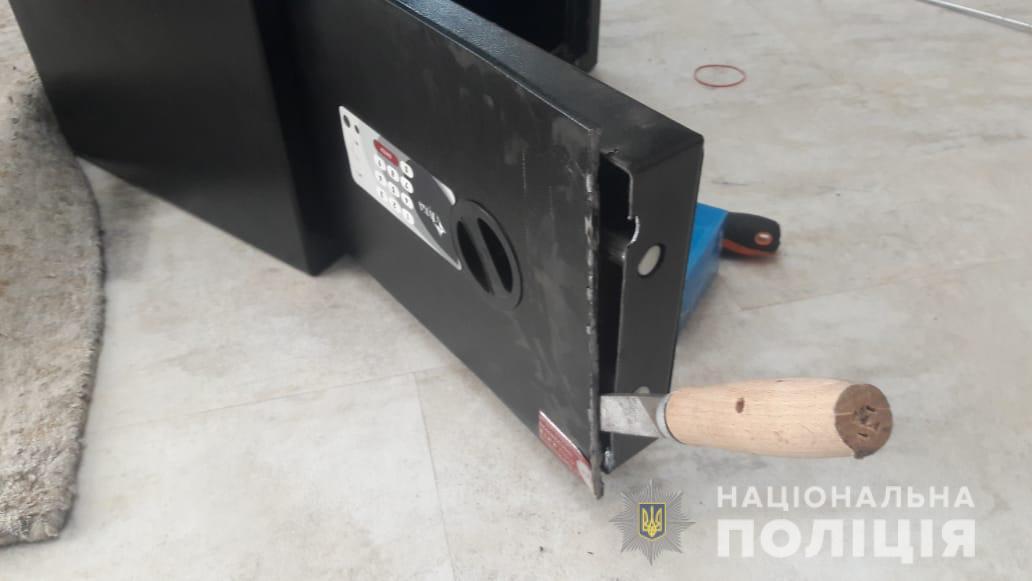 Мужчина обокрал дом в Малой Даниловке. Из сейфа пропали 5 млн грн, 60 тыс. долларов и 35 тыс. евро