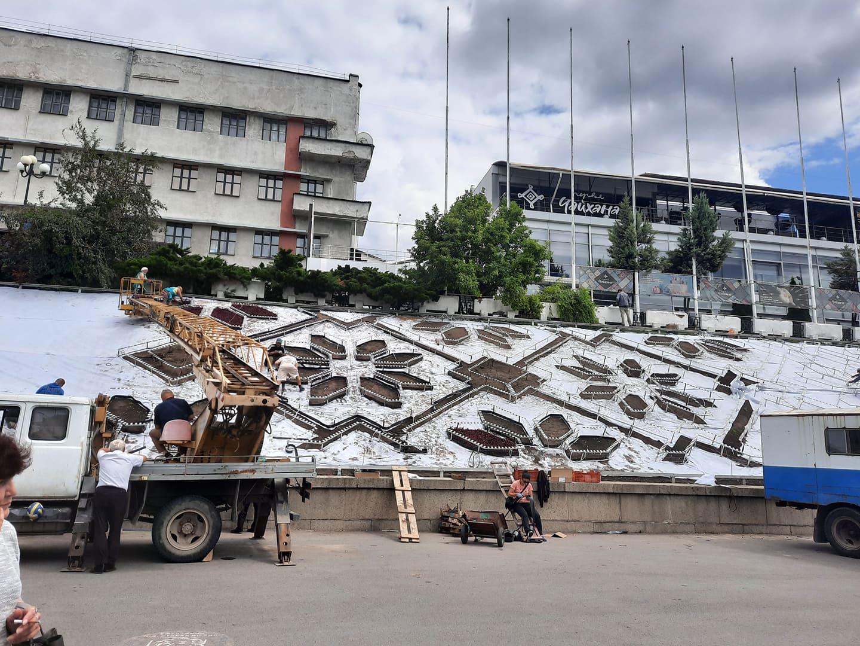 В Харькове начали высаживать цветы в клумбу-вышивку (фото)