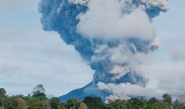 В Індонезії прокинувся один зі 120 діючих вулканів у світі (відео)