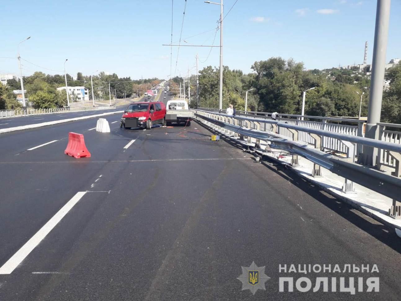 Пьяный водитель Mercedes сбил двух рабочих на Коммунальном мосту в Харькове (фото)