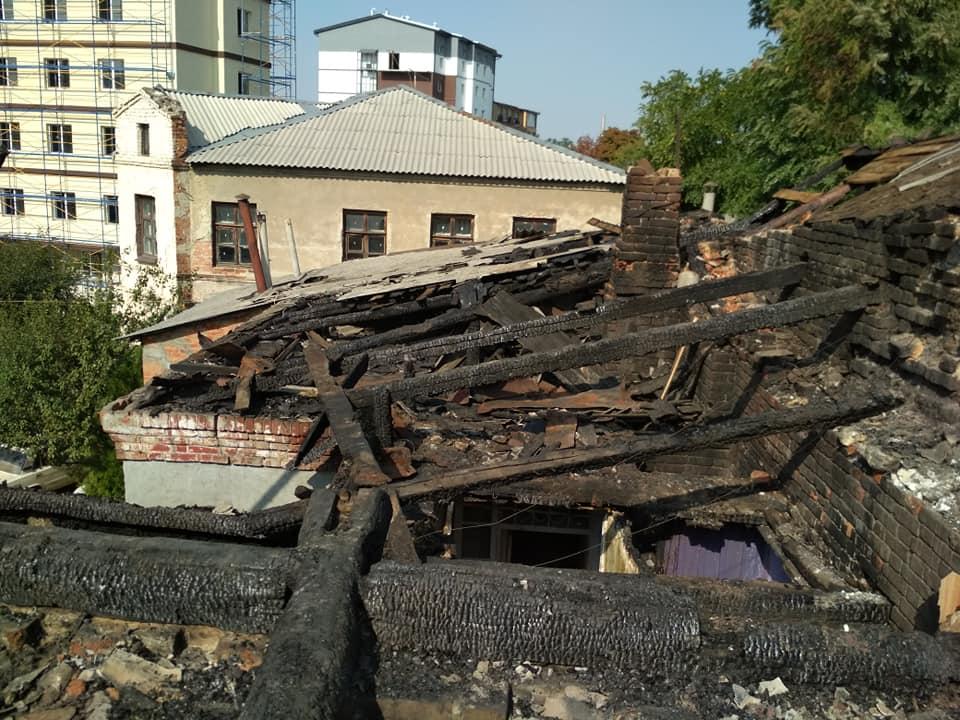 Мешканці згорілого історичного будинку на Конторській просять допомоги